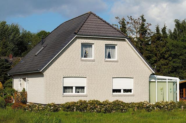bílý dům u lesa