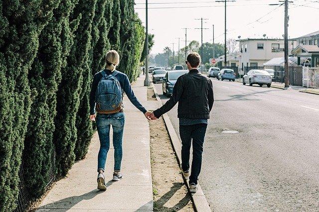 procházka po chodníku
