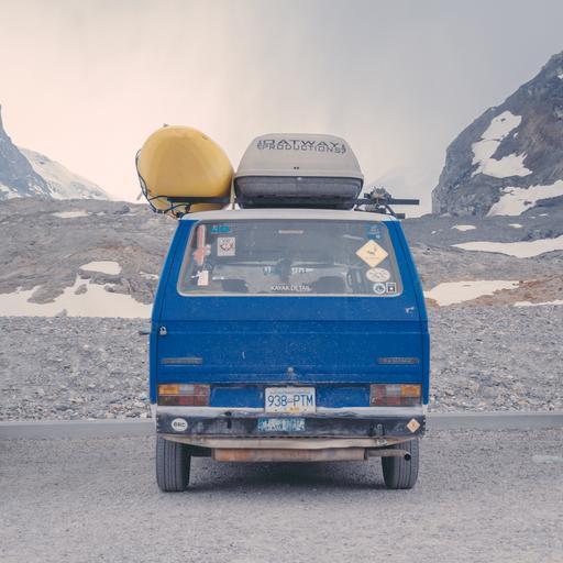 modrá stará dodávka na horách