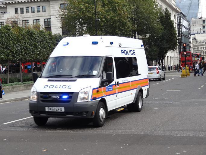 policejní dodávka na cestě