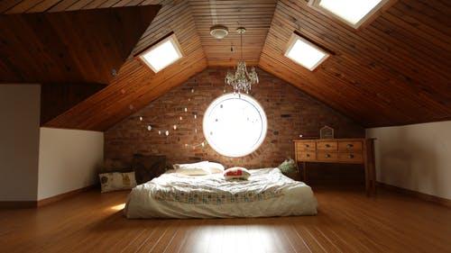 postel v podkroví