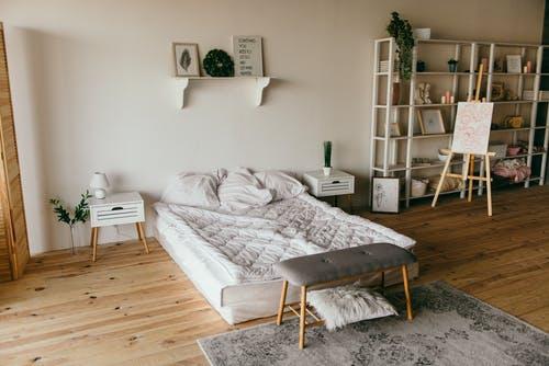 postel v pokoji